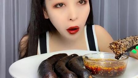 大胃王:血肠配辣椒油,吃一大口超满足,小姐姐胃口真好,一次可以吃4大根!