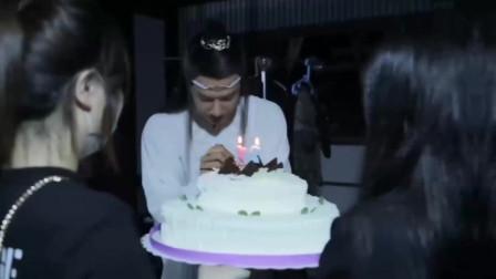 王一博21岁生日啦,避尘拿来切蛋糕,真开心