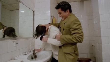 美女刚进厕所,谁知家里进了个男人,就藏在她的身边