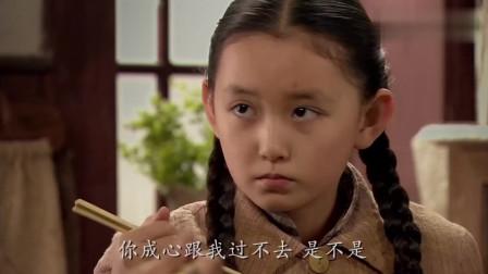 舅妈凶巴巴,吓得女孩不敢夹菜,舅妈看不过去拿起筷子就把碗夹满