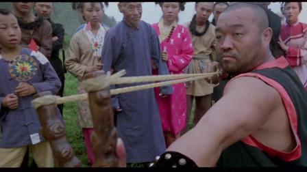 经典老片《神鞭》玻璃花请弹弓王与傻二较量,败了之后还想挑拨