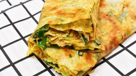 """在山东枣庄有一款美食有着""""中国热狗""""之称,那就是鲁南名吃枣庄菜煎饼,跟着我一起去看看这款美食小吃吧"""