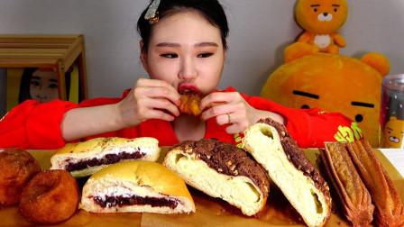 韩国吃播:夹心面包+韩式油条+糯米糕,这是老公买的早餐,真好吃