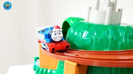 组装火车,托马斯火车运输煤炭和皮蛋,木质轨道,儿童玩具车亲子互动,悠悠玩具城