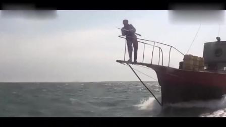 几吨重的鲨鱼袭击渔船,船长只给三个木桶,鲨鱼竟当场浮起来了