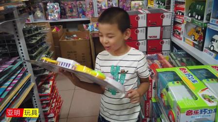 小朋友找到自己喜欢的玩具,说是最爱吃里面的小龙虾