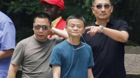 看看马云的出行派头,再看刘强东的走路气势,网友:等有钱我也这么走