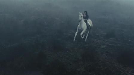 公主策马躲避骑士追捕,却误入神秘黑沼泽,被邪恶可怕的沼泽生物袭击昏迷