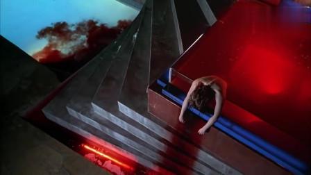 美女深夜在豪宅游泳池泡澡, 结果被人从后面勒死, 实在太可怕了