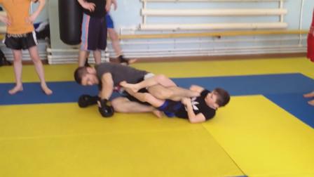 很有天赋的拳击小子,与成年拳击手过招凌厉,颇有拳王的潜质