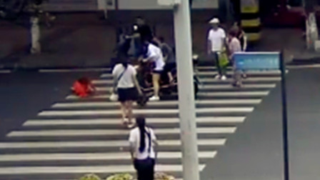 【重庆】电动车斑马线未停车礼让 将环卫工人撞翻在地