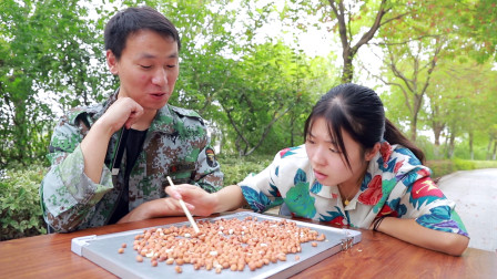 美女挑战用一根筷子吃花生米老板以为不可能没想美女机智搞定