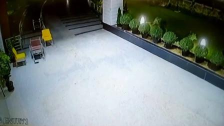 不可思议!轮椅深夜自己滑行半分钟 医院保安吓坏:不敢值夜班了