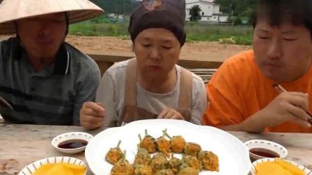 一家三口吃播:今天用南瓜花包上肉馅蒸着吃, 还不够儿子塞牙缝