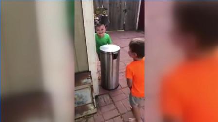 """两男孩用垃圾桶盖互相""""打脸"""" 玩的不亦乐乎"""