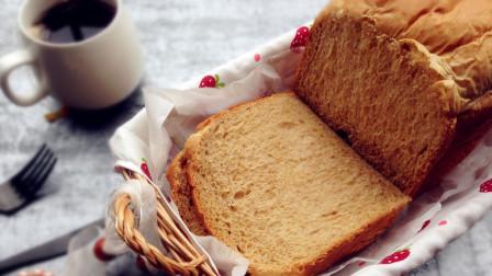 吐司面包烤过之后又香又软,可是清洁面包机时犯难了该怎么办?