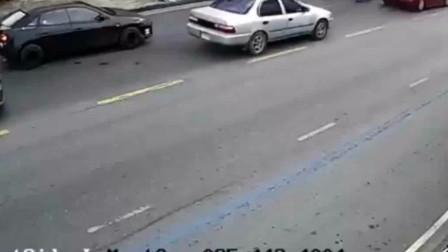 小情侣骑摩托车逆行,把交警撞了,但交警的举动令我佩服