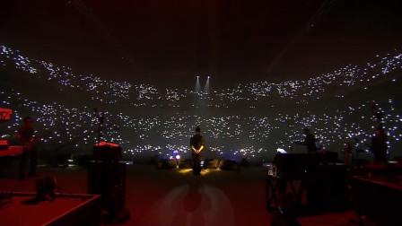 面对现场的万人大合唱,这可能是歌手最自豪的瞬间,场面太感人了