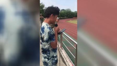爆红!军训男生被罚唱歌  教官忍着笑偷拍