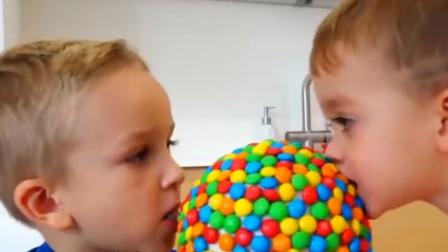 萌娃們吃超大棒棒糖媽媽看到家里亂很生氣萌娃立馬獻上棒棒糖