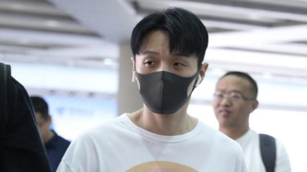 李荣浩领证后首次现身,机场遭粉丝索要喜糖,场面尴尬