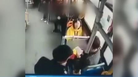 霸座!老人强行要求一名妇女让座遭拒后 直接坐身上