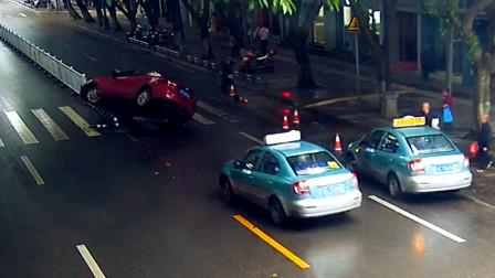 【重庆】轿车突然撞上隔离桩悬空 后方出租车目睹全过程