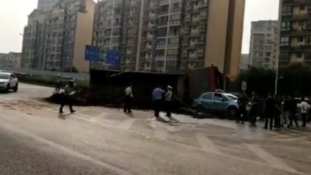 【重庆】运渣车隧道口侧翻 事故造成多车受损路面拥堵