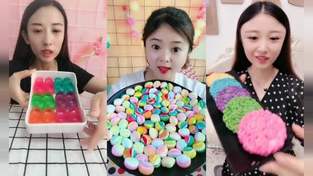 小姐姐直播吃彩色方便面巧克力,颜色做的真好看