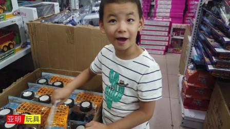 太开心了,孩子找到他喜欢的大车玩具