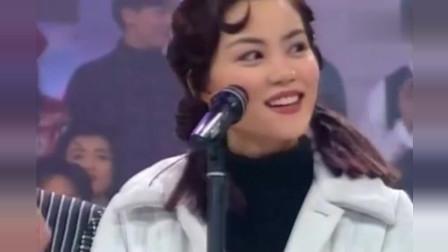 24年前王菲清纯模样惹人爱,四大天王争着和她一起唱歌,经典