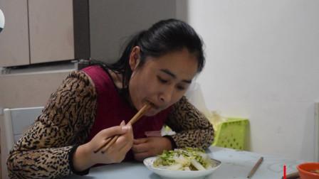 农村媳妇自己在家做凉粉,看她熟练的动作就知道做饭很好吃!