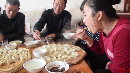 家里来客人农村媳妇在家做芹菜水饺,出锅的一刻画面好温馨!