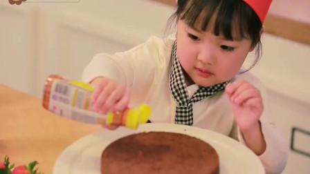 小女生第一次做蛋糕,看起来好开心