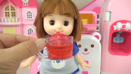 咪露姐姐用搅拌机做了草莓汁,看上去好棒呀
