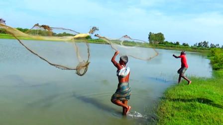 印度大爷靠捕鱼为生,一网下去,看看他们捕到了啥?