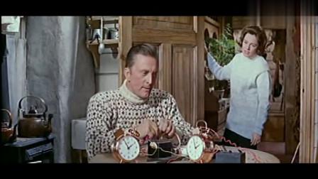 经典老电影《雪地英雄》盟军战士制造闹钟炸弹,偷袭德国运输军舰