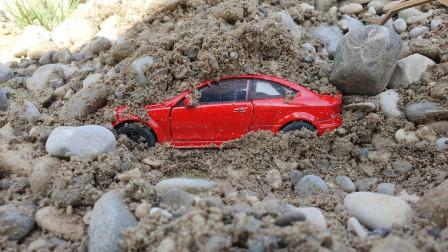 几十只汽车玩具钻入沙中,为何?最后谁救了他们?