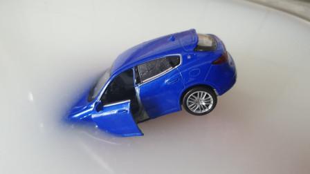 这辆汽车做了什么?怎么后面来了那么多汽车一起来泡牛奶浴?