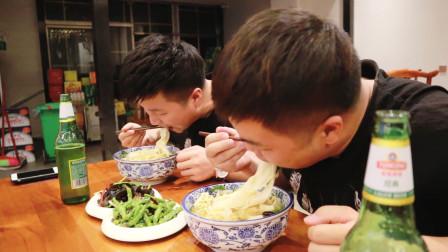 """河南特色美食""""羊肉烩面""""大碗宽面配羊肉汤,兄弟俩吃的满头大汗"""