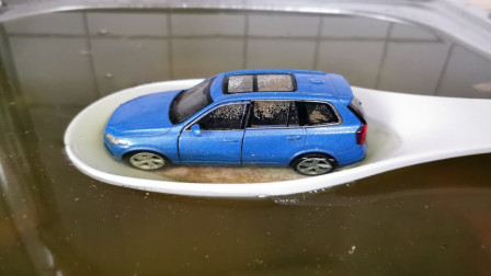 奇怪了!水池里为何会有这么多被尘灰淹没的汽车,咋回事?