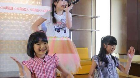 日本小学女生组合精彩献唱《涙目ピースサイン》