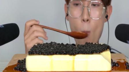 国外吃播:小哥哥吃超级大的珍珠布丁呀,吃起来又滑又嫩,口感超级赞