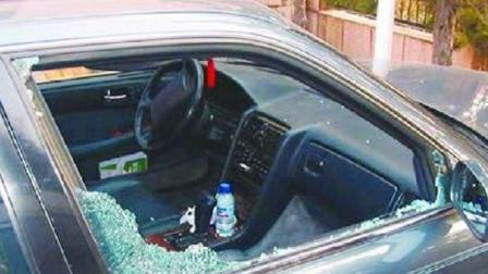 路虎女司机酒驾回家被查,紧锁车窗逃避检测,以为交警没办法,2秒后直接砸窗!