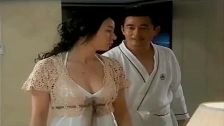 美女去酒店见男子,男子的穿着让她紧张!