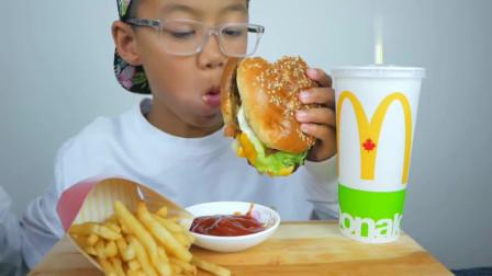 大胃王吃播:国外小朋友试吃汉堡和薯条,一口接一口抓着吃真过瘾