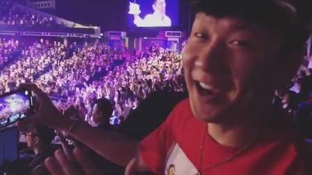 林俊杰现身刘德华演唱会,拿着手机录像,还大唱生日快乐歌