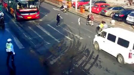 【重庆】孩童车流中奔跑过马路 执勤民警及时将其抱起