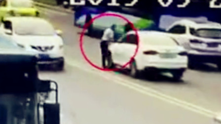 """【重庆】男子快速跑步横穿公路 """"刹不住脚""""被轿车撞倒"""