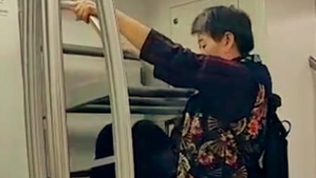 【重庆】大妈光脚爬上轻轨行李架锻炼身体 网友:不安全也不文明